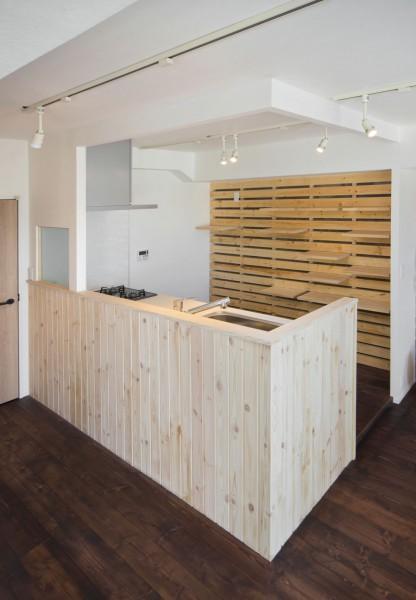 湘南 SLOW LIFE (木材パネル&可動棚で機能美を)