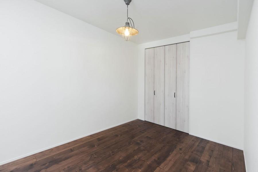 湘南 SLOW LIFEの部屋 ココナッツ色のフローリング&白い壁の洋室