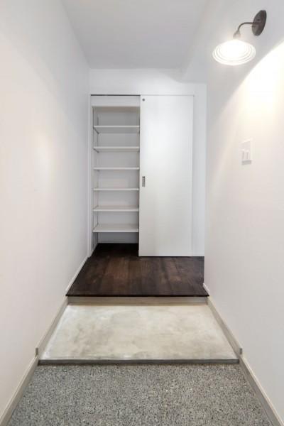 白を基調とした玄関ホール (湘南 SLOW LIFE)