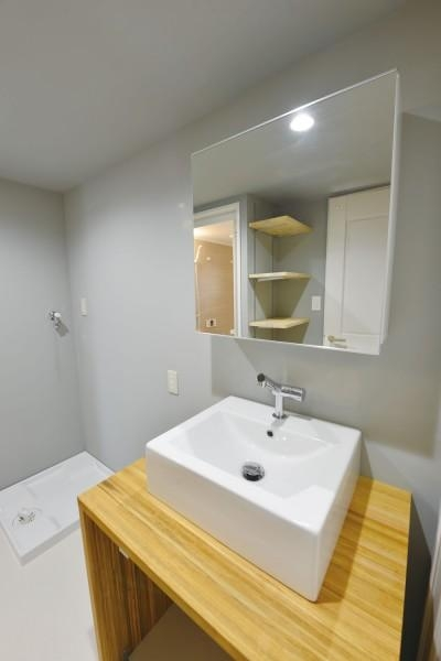グレーを基調とした洗面スペース (木漏れ日のある暮らし。)