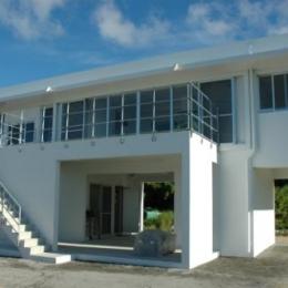 Y5邸 (外階段のある白い外観)