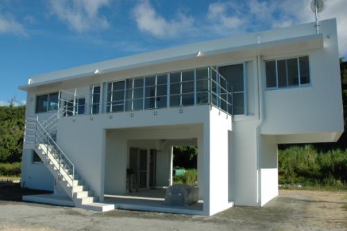 Y5邸の部屋 外階段のある白い外観
