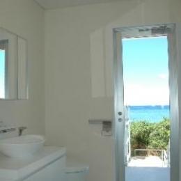 白い洗面台とトイレ (Y5邸)