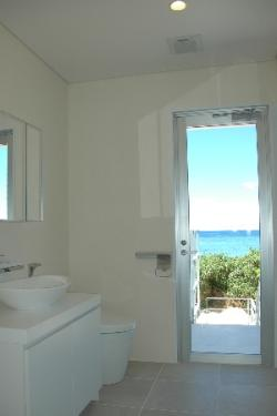 Y5邸の部屋 白い洗面台とトイレ