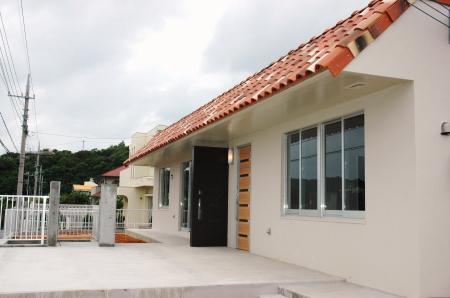 N8邸の部屋 沖縄赤瓦屋根の外観