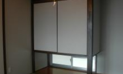 地窓から光が差し込む和室|N8邸