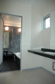 N8邸 (モダンな洗面室とバスルーム)