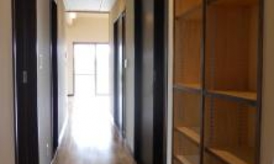 A邸 (収納たっぷりな廊下)