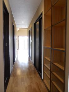 A邸の部屋 収納たっぷりな廊下