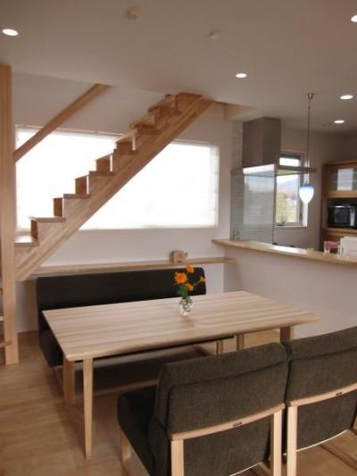 キッチンとリビングで会話の出来る空間 (田上の家)