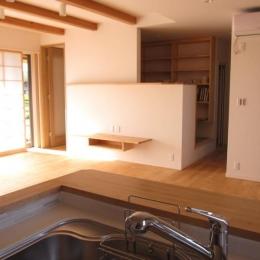 田上の家-キッチンからリビングの入口を見る