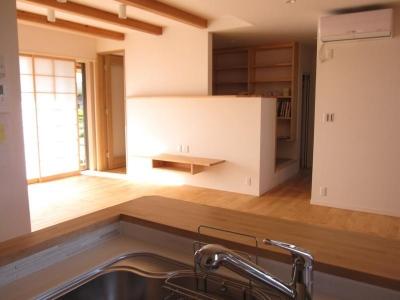田上の家 (キッチンからリビングの入口を見る)
