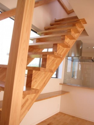 木を感じるオープン型階段 (田上の家)