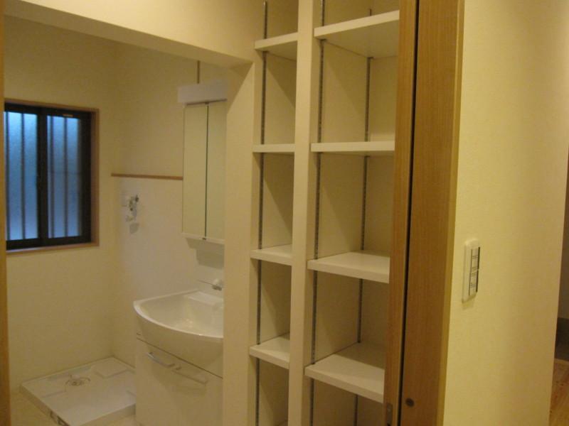 草津 全面リフォームの部屋 収納たっぷりの洗面台