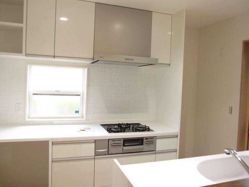 青山・リフォームの写真 白いオープンキッチン
