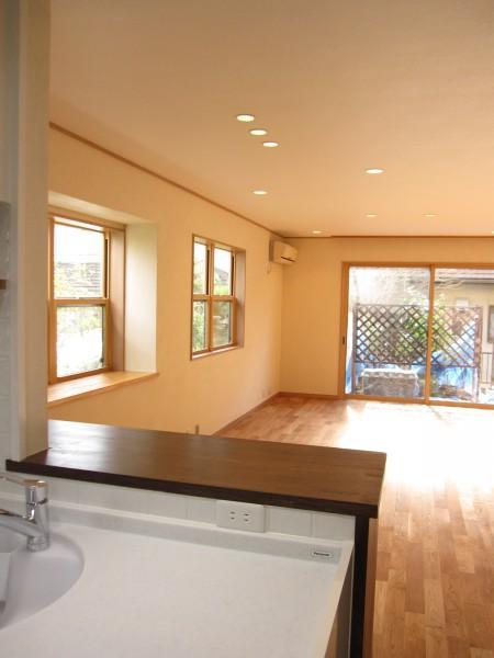青山・リフォームの写真 キッチンからリビングを見る