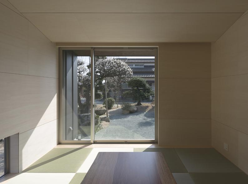 城島の家の部屋 和室から庭を見る (撮影:岡本公二)