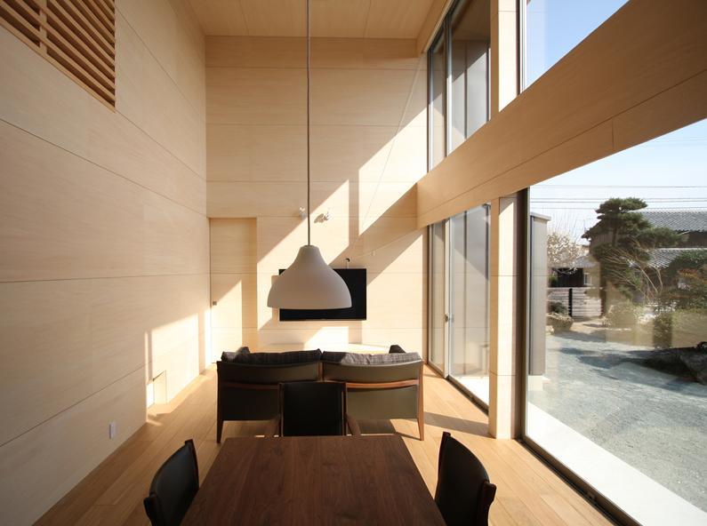 城島の家の部屋 台所から居間を見る (撮影:岡本公二)