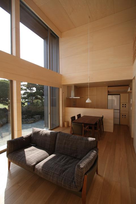 城島の家の部屋 居間から台所を見る (撮影:岡本公二)