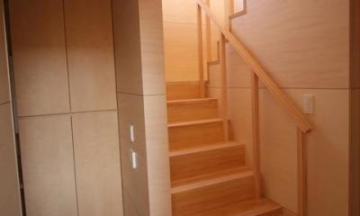 城島の家 (廊下から階段を見る (撮影:岡本公二))