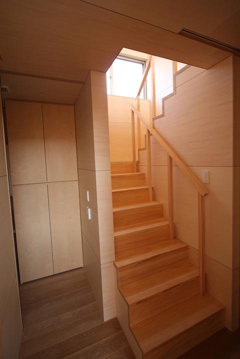 城島の家の部屋 廊下から階段を見る (撮影:岡本公二)