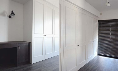 A邸 (大容量の収納は白い建具で圧迫感を感じさせない)