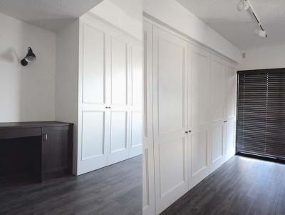 大容量の収納は白い建具で圧迫感を感じさせない (A邸)