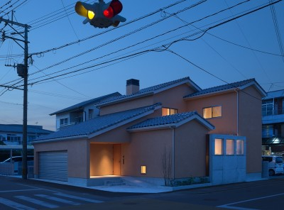チカちゃん家 (外観 夕景)