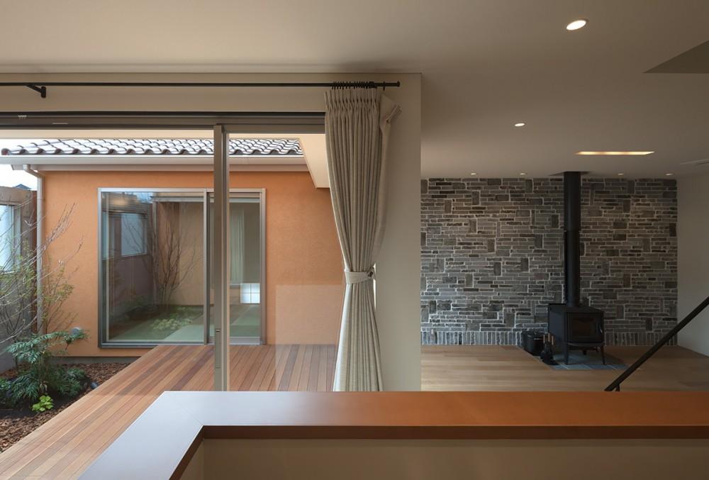 チカちゃん家 (中庭と居間を見る)