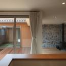 チカちゃん家の写真 中庭と居間を見る