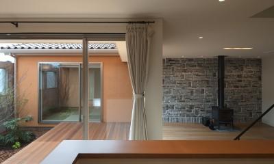中庭と居間を見る|チカちゃん家