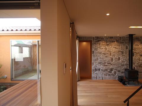 チカちゃん家の部屋 中庭と居間を見る