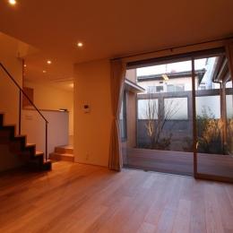 チカちゃん家 (居間から中庭を見る)
