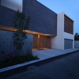 LucentCourtHouse (外観 夕景 (撮影:岡本公二))