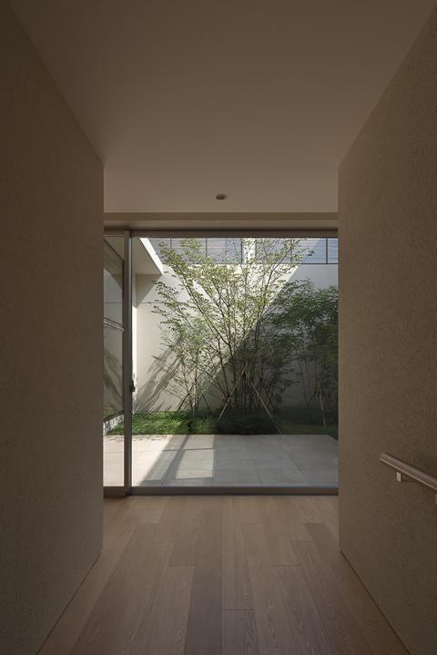 LucentCourtHouse (玄関 (撮影:岡本公二))