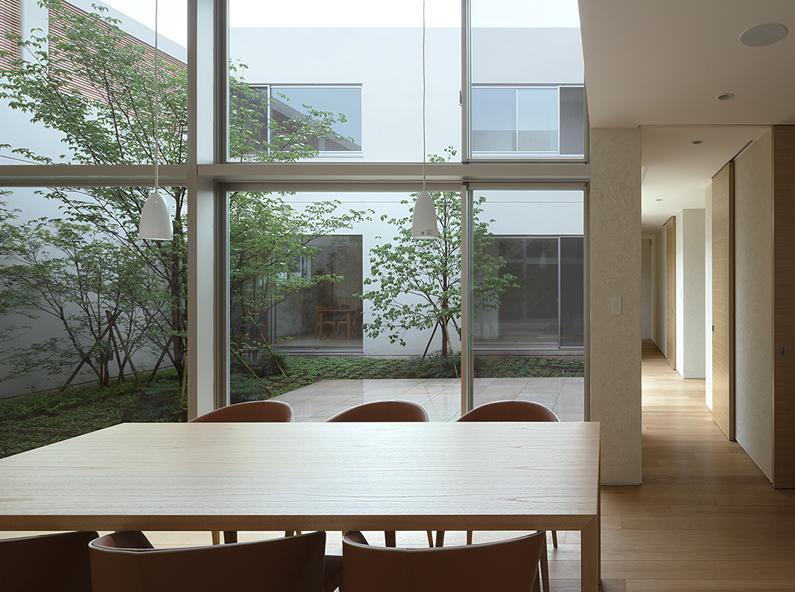 LucentCourtHouseの部屋 居間 (撮影:岡本公二)