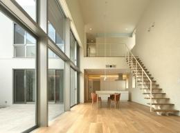 LucentCourtHouse (居間から食堂を見る (撮影:岡本公二))