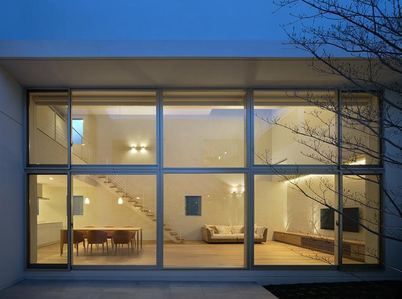 LucentCourtHouseの部屋 中庭 夕景 (撮影:岡本公二)