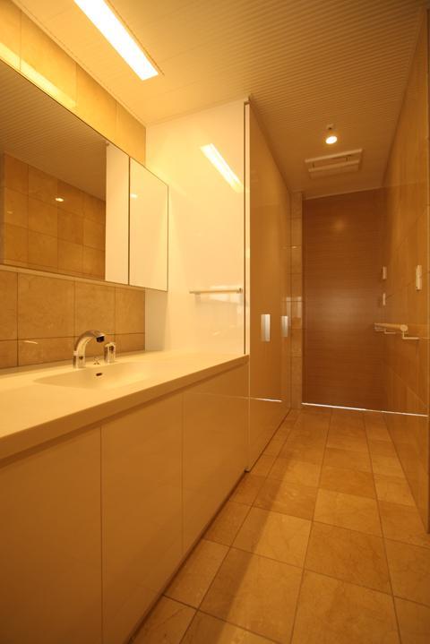 LucentCourtHouseの部屋 洗面 (撮影:岡本公二)