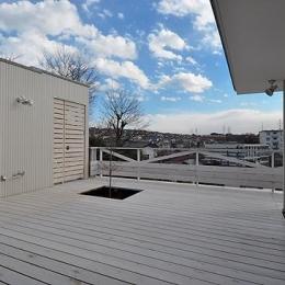 白いウッドデッキの家 (テラスから南を見る)