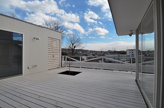 白いウッドデッキの家の写真 テラスから南を見る