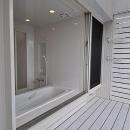 白いウッドデッキの家