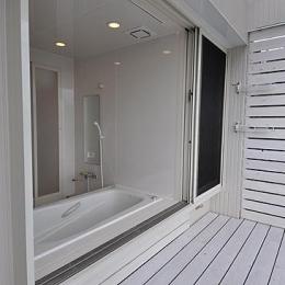 フルオープンサッシの浴室とバスコート