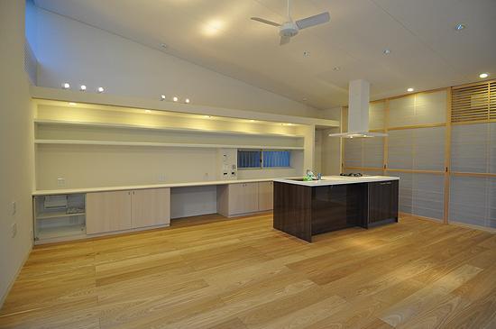 白いウッドデッキの家の写真 キッチン