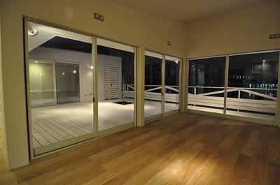 白いウッドデッキの家 (リビングからテラスに続く夜景)