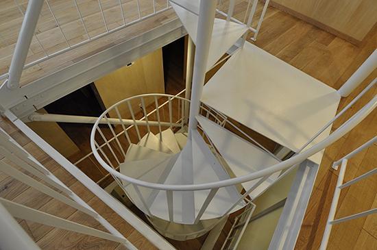 スケルトン・インフィルの家の部屋 螺旋階段