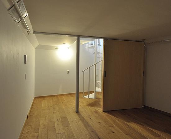 スケルトン・インフィルの家の部屋 地下室