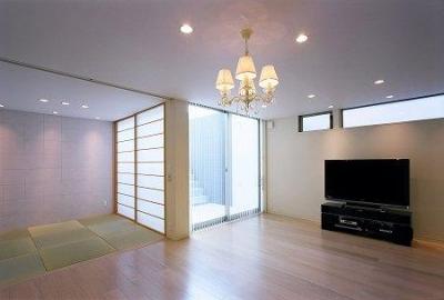 リビングと和室空間 (川西町の家)