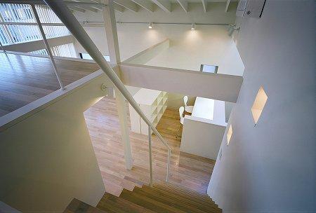川西町の家 (階段から見るリビング)