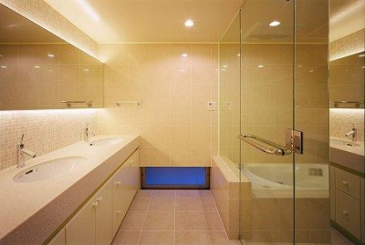 ダブルボウルの洗面コーナーとガラス張りのバスルーム (川西町の家)